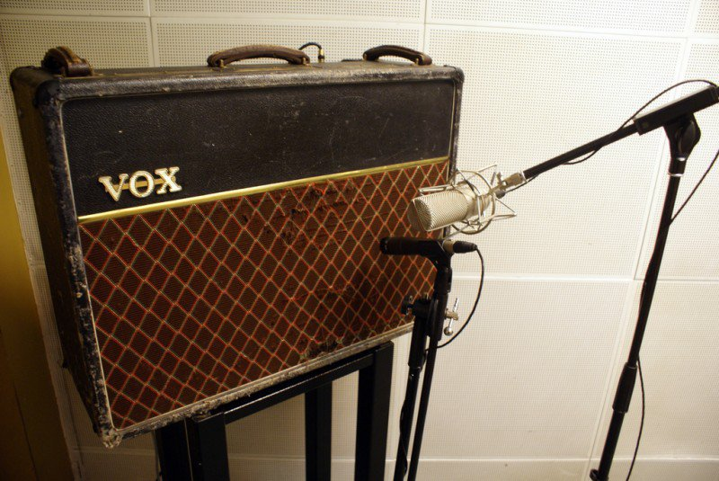 vox amplifier with condenser and dynamic microphones in front of it