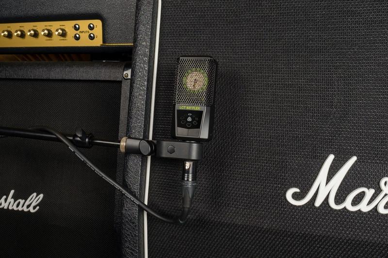 microphone recording guitar amp